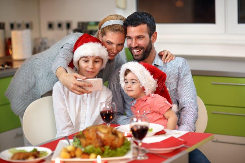 Bożenarodzeniowy selfie wpólnie przy stołem z jedzeniem obraz royalty free