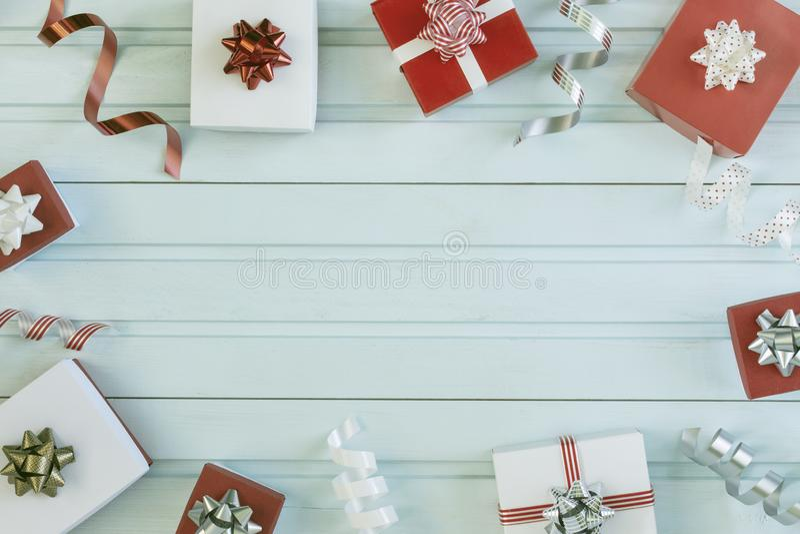 Bożenarodzeniowy skład, rama Mali prezentów pudełka, faborki i łęki, W centrum jest miejsce dla teksta, kopii przestrzeń zdjęcie stock