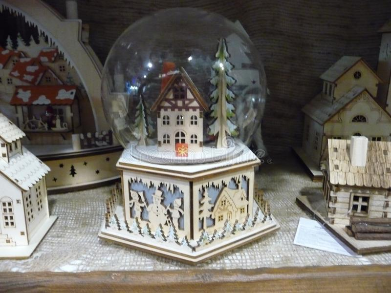 Bożenarodzeniowy skład w szklanym pucharze wioska dom wśród jodeł zdjęcie royalty free