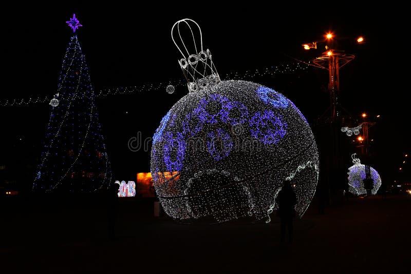 Bożenarodzeniowy skład z świecącymi Bożenarodzeniowymi piłkami na ulicach miasto obraz royalty free