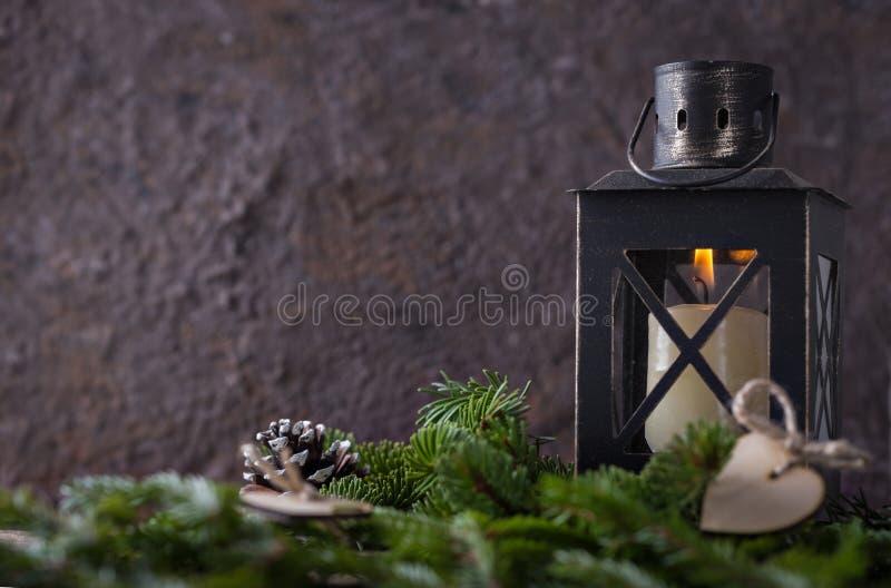 Bożenarodzeniowy skład z świeczka lampionem i jodła zmroku tłem obraz royalty free