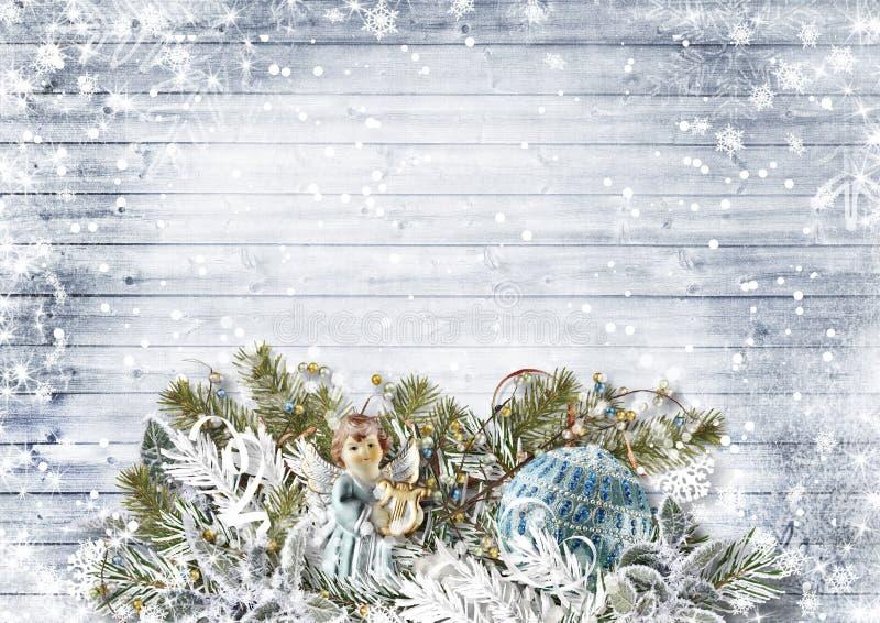 Bożenarodzeniowy skład z aniołami, prezent, śnieżny jedlinowy drzewo obraz stock