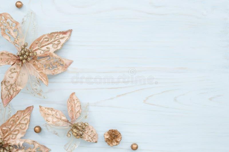 Bożenarodzeniowy skład z brązowymi kwiatami fotografia stock