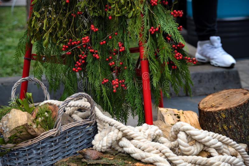 Bożenarodzeniowy skład z drzewem, belami i arkaną, obraz royalty free