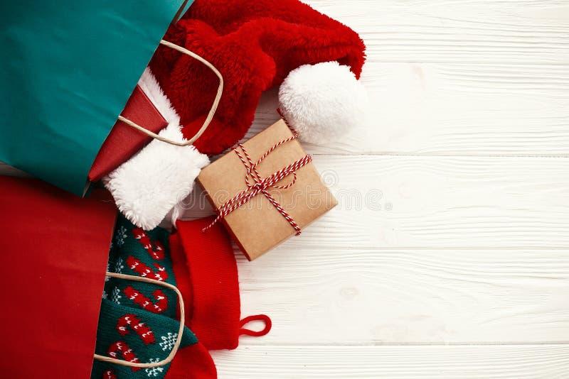 Bożenarodzeniowy sprzedaży i zakupy pojęcie Papierowe torby z odziewają, s zdjęcie royalty free