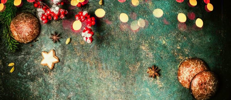 Bożenarodzeniowy sztandar z jedlinowymi gałąź, ciastkami, miodownikami i świątecznym bokeh oświetleniem, odgórny widok fotografia stock