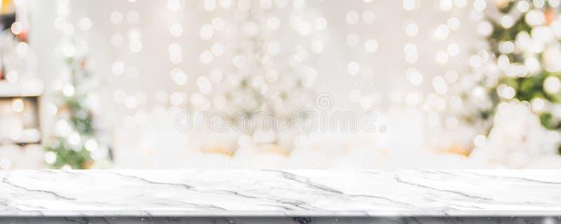 Bożenarodzeniowy tło marmurowy stołowy wierzchołek z abstrakta ciepłym żywym izbowym wystrojem z choinka sznurka światła plamy bo zdjęcia royalty free
