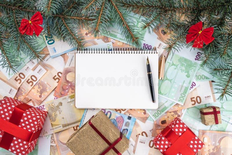 Bożenarodzeniowy tło od różnych wartość banknotów, Planistyczna książka Odgórny widok obrazy stock