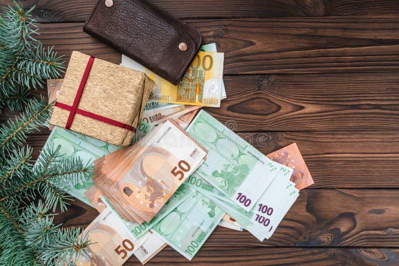 Bożenarodzeniowy tło, pieniądze różna wartość, portfel i prezent, Odgórny widok obraz stock