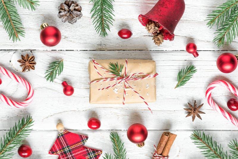 Bożenarodzeniowy tło robić jodeł gałąź, boże narodzenia jedzenia, dekoracje, prezenta pudełko i sosna rożki, obrazy royalty free