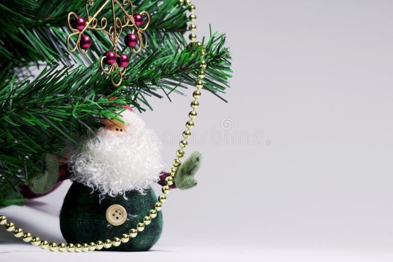 Bożenarodzeniowy tło z Święty Mikołaj i czerwienią fałszował płatek śniegu Na choince wiesza złote koralik girlandy fotografia stock