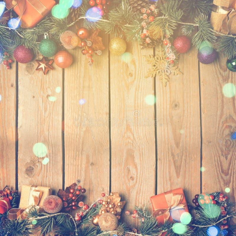 Bożenarodzeniowy tło z dekoracją na drewnianej desce rocznika filtra skutek fotografia royalty free