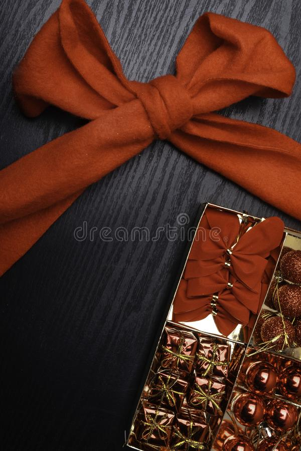 Bożenarodzeniowy tło z dekoracjami i prezentów pudełkami na drewnianej desce obraz stock