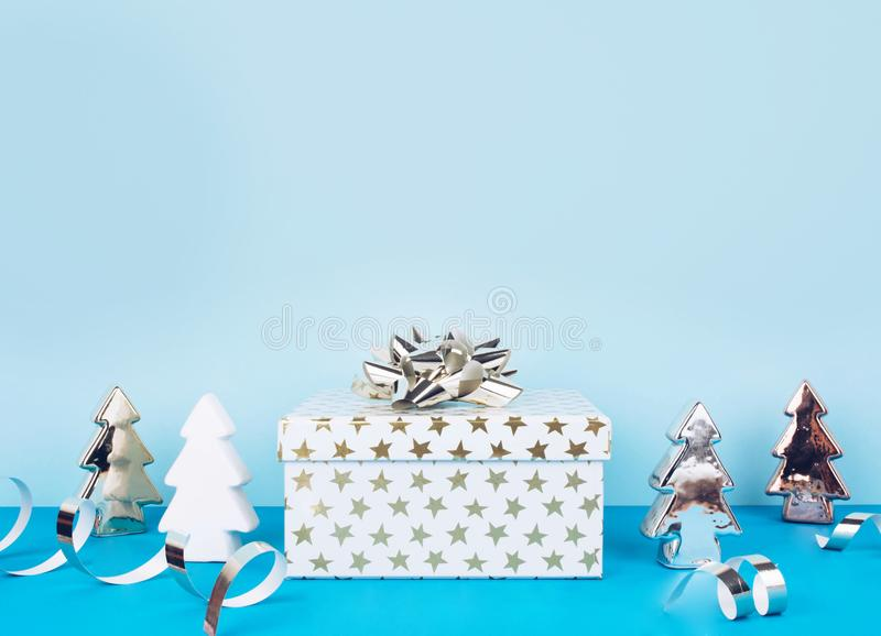 Bożenarodzeniowy tło z dekoracjami i prezenta pudełkiem obraz royalty free
