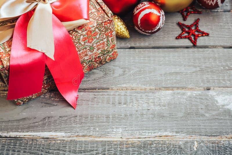 Bożenarodzeniowy tło z dekoracjami i prezenta pudełko na drewnianej desce zdjęcie royalty free