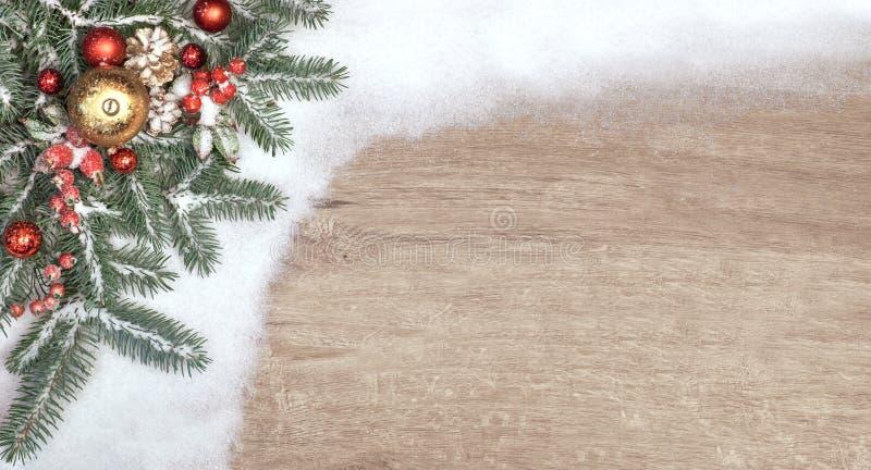 Bożenarodzeniowy tło z dekorującą choinką kapuje na śniegu zdjęcie royalty free