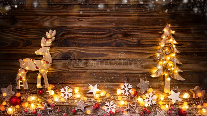 Bożenarodzeniowy tło z drewnianymi dekoracjami, łosiem amerykańskim, drzewem i spo, zdjęcie royalty free