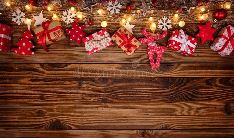 Bożenarodzeniowy tło z drewnianymi dekoracjami, prezentami i punktu lig, zdjęcia royalty free
