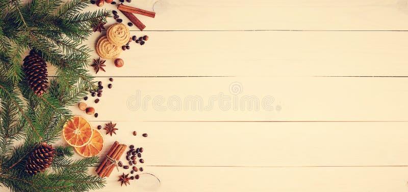 Bożenarodzeniowy tło z drzewo gałąź, rożki, wysuszona pomarańcze zdjęcia royalty free