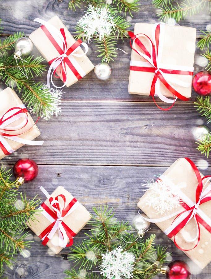 Bożenarodzeniowy tło z, prezentów pudełka na drewnianej desce i dekorowaliśmy z śniegiem zdjęcia stock