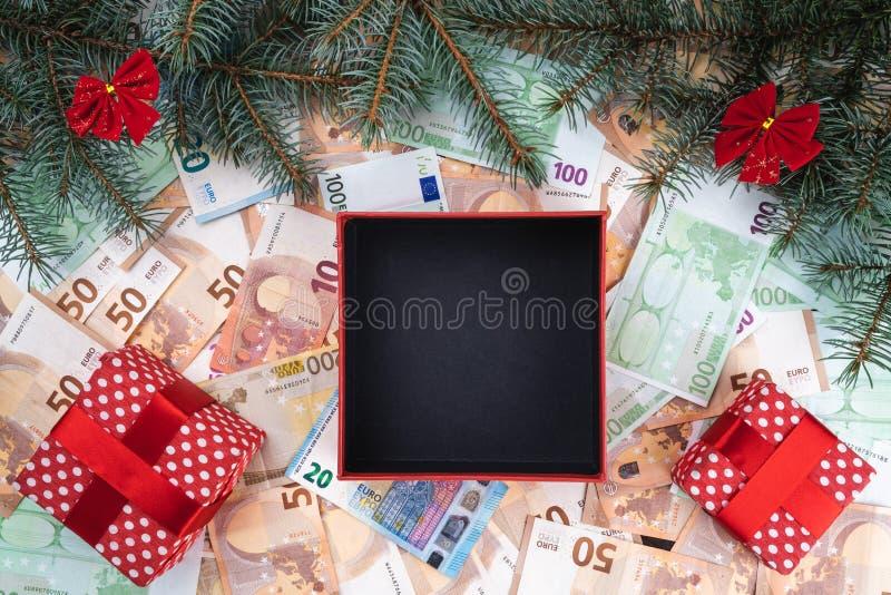 Bożenarodzeniowy tło z prezentami na banknotach różne wartości Planistyczna książka Odgórny widok obrazy royalty free