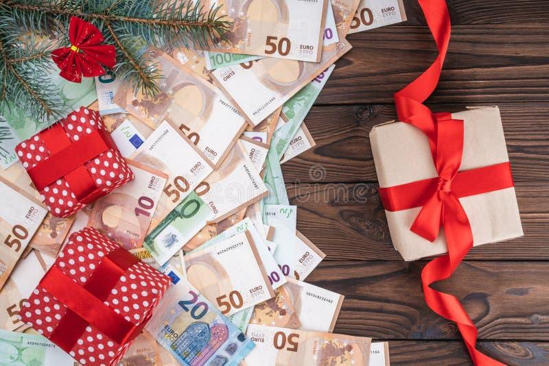 Bożenarodzeniowy tło z prezentami na banknotach różne wartości Planistyczna książka Odgórny widok fotografia royalty free