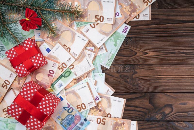 Bożenarodzeniowy tło z prezentami na banknotach różne wartości Planistyczna książka Odgórny widok Przestrzeń dla teksta obrazy stock