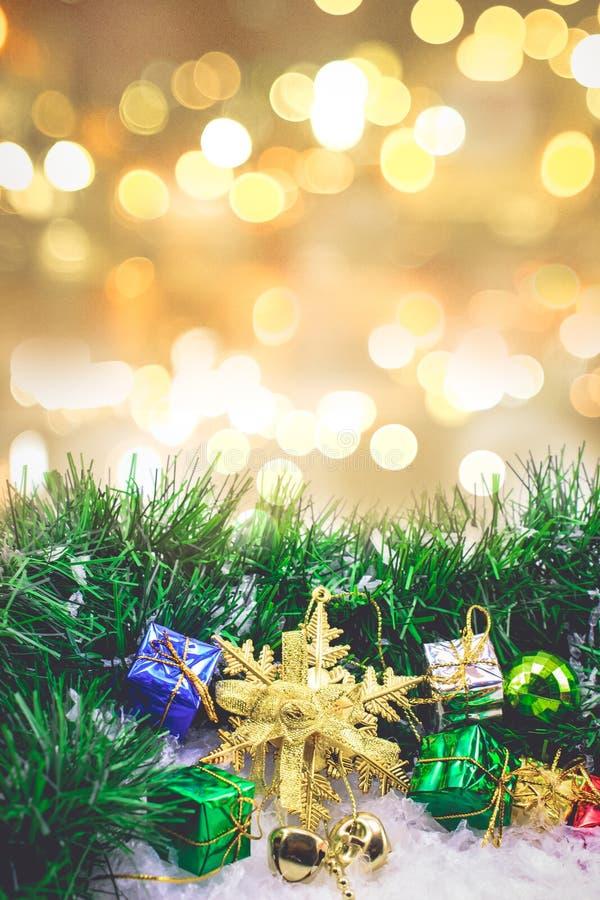 Bożenarodzeniowy tło z prezentem boksującym i piłkami na śniegu z plamą fotografia royalty free