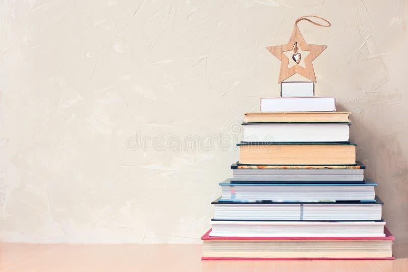 Bożenarodzeniowy tło z stosem książki i drewniana gwiazda obraz stock
