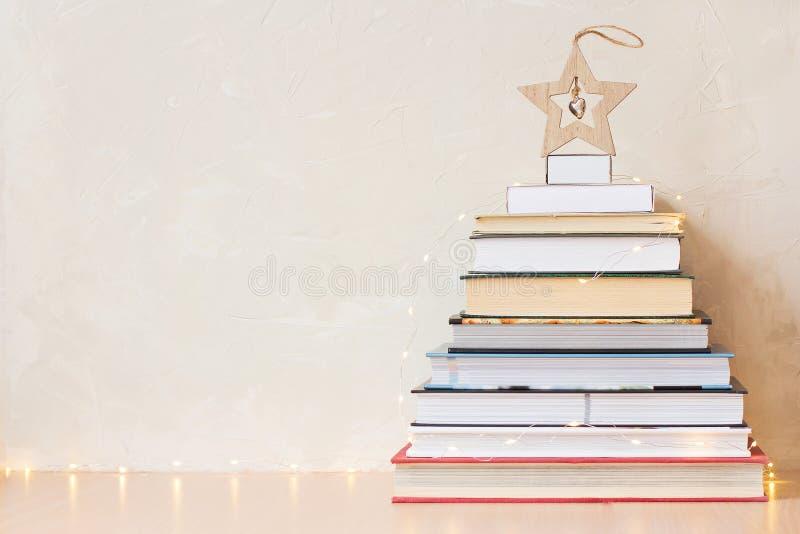 Bożenarodzeniowy tło z stosem książki i drewniana gwiazda zdjęcia stock