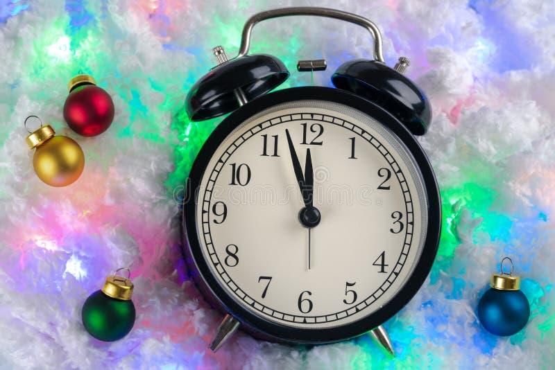 Bożenarodzeniowy tło zegarki i zabawki obrazy royalty free