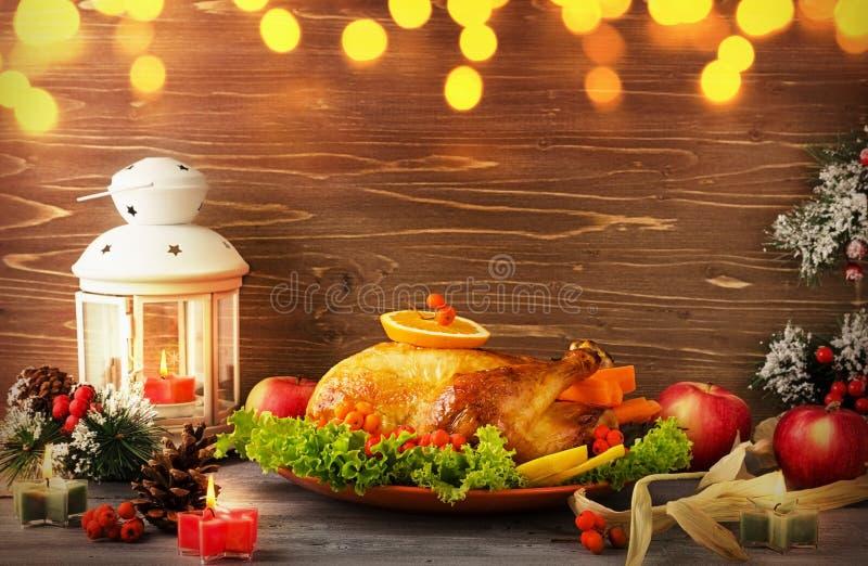 Bożenarodzeniowy tradycyjny Turcja na półmisku z jagodami i warzywami na drewnianym stołowym tle z latarką fotografia stock