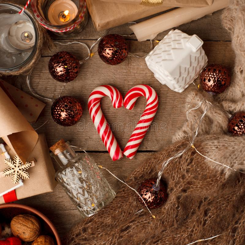 Bożenarodzeniowy trybowy pojęcie Układu skład z tradycyjnymi świątecznymi atrybutami, słodkość Zima wakacji sezon Tło zdjęcia royalty free