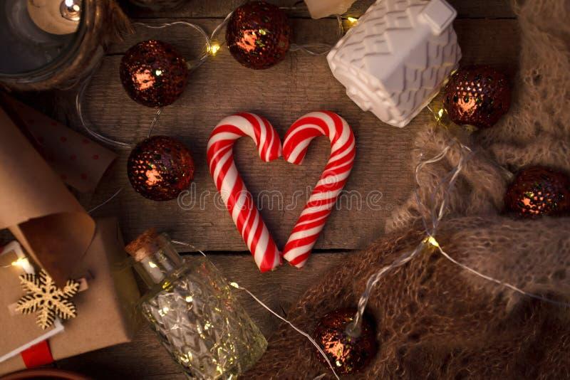 Bożenarodzeniowy trybowy pojęcie Układu skład z tradycyjnymi świątecznymi atrybutami, słodkość Zima wakacji sezon Tło zdjęcie royalty free