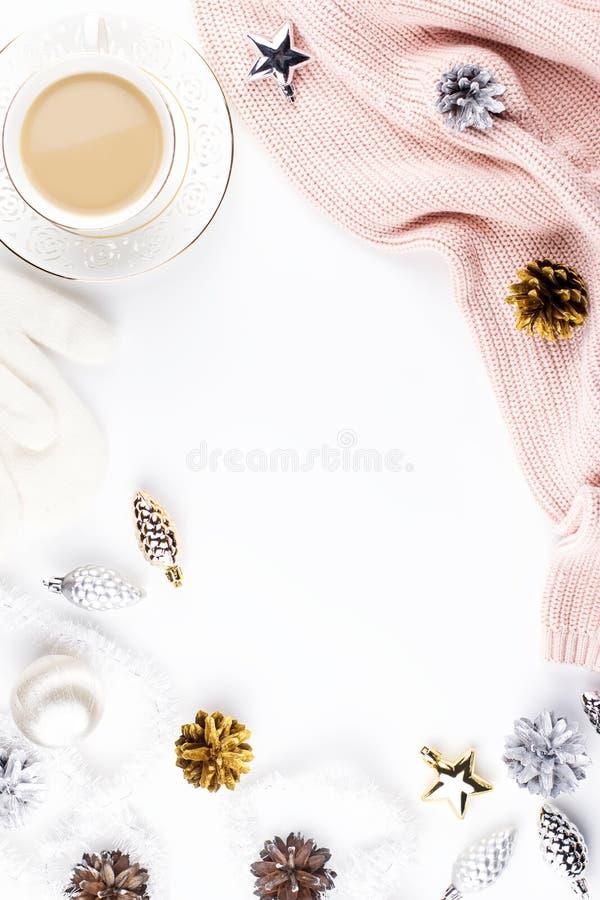 Bożenarodzeniowy trybowy skład z Bożenarodzeniowym pulowerem, kapelusz, gorący napój, dekoracje Zimy pojęcia mieszkanie nieatutow zdjęcia royalty free