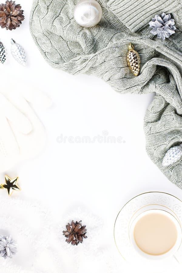 Bożenarodzeniowy trybowy skład z Bożenarodzeniowym pulowerem, kapelusz, gorący napój, dekoracje Zimy pojęcia mieszkanie nieatutow zdjęcie stock