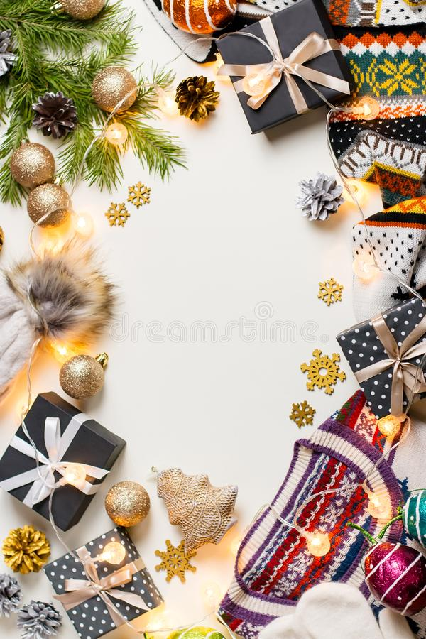 Bożenarodzeniowy trybowy skład z Bożenarodzeniowym pulowerem, kapelusz, przedstawia i zaświeca Zimy pojęcia mieszkanie nieatutowy zdjęcie stock