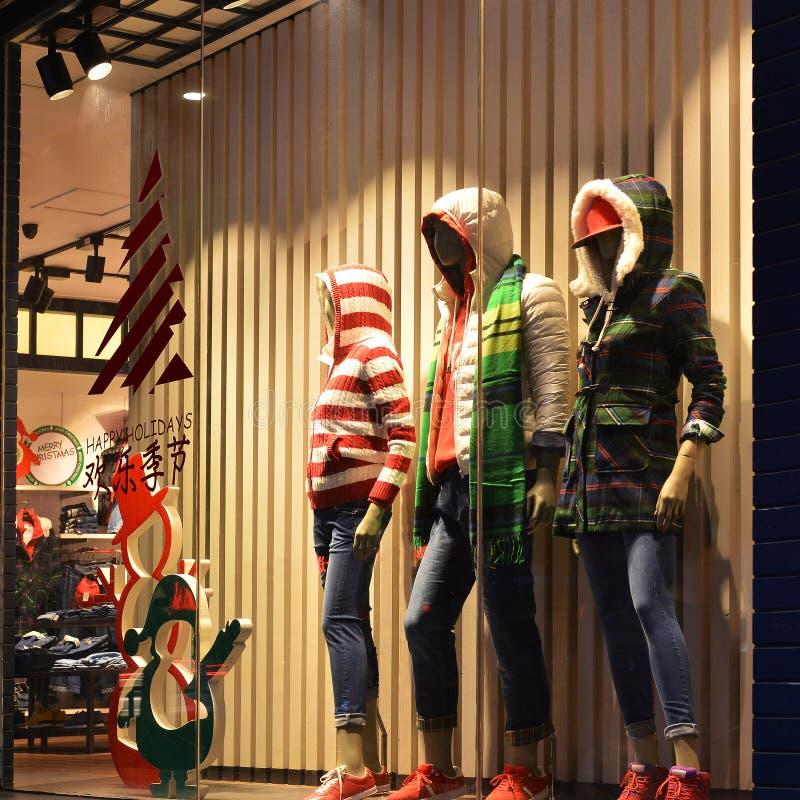 Bożenarodzeniowy ubraniowy okno, zimy mody butika pokazu okno z mannequins zdjęcia stock