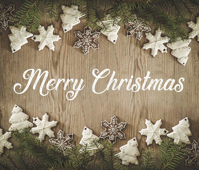 Bożenarodzeniowy wakacje skład na drewnianym tle z wpisowymi Wesoło bożymi narodzeniami więcej toreb, Świąt oszronieją Klaus Sant zdjęcie royalty free