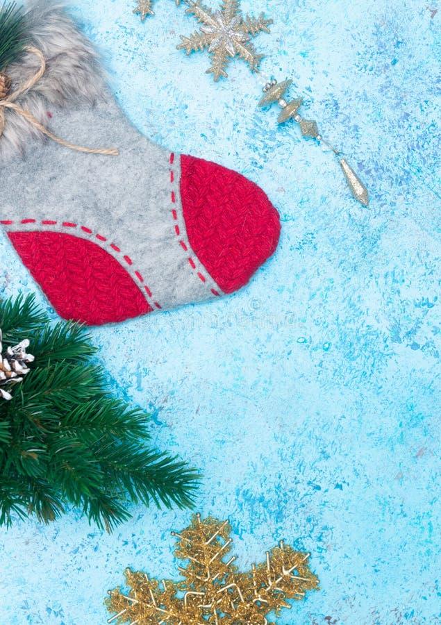 Bożenarodzeniowy wakacje skład ornamenty na błękitnym tle z kopii przestrzenią dla twój teksta dekoracja nowego roku skarpeta dla zdjęcie royalty free