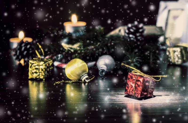 Bożenarodzeniowy wakacje wciąż życie z pięknym spada śniegiem obrazy royalty free