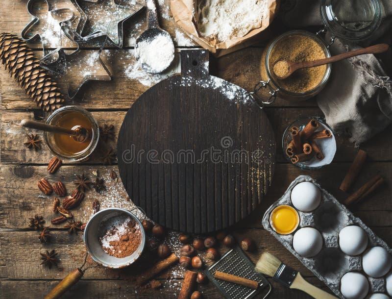 Bożenarodzeniowy wakacyjny kucharstwo i wypiekowi składniki z deską w centrum zdjęcia royalty free