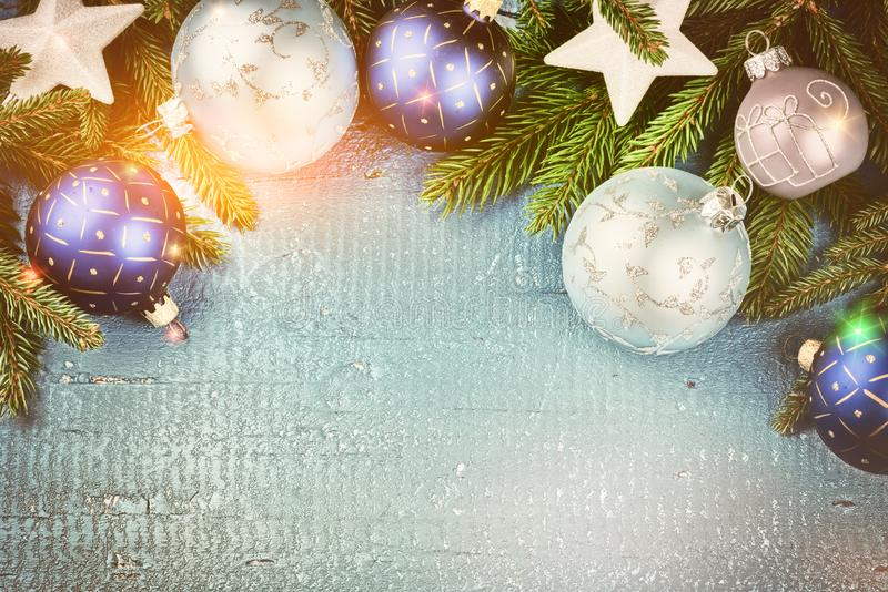 Bożenarodzeniowy wakacyjny położenie z błękitną jodłą i baubles rozgałęzia się CH zdjęcia royalty free