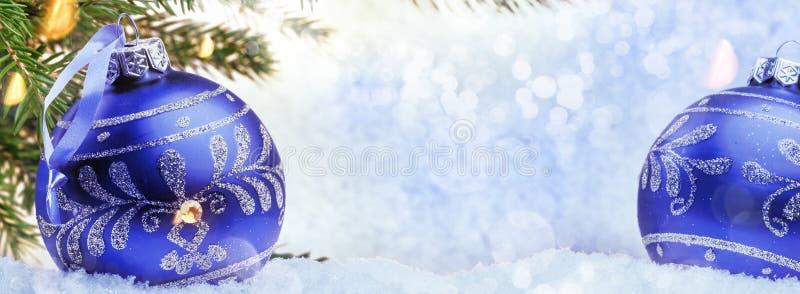 Bożenarodzeniowy wakacyjny położenie z błękitnymi baubles nad śniegiem fotografia royalty free
