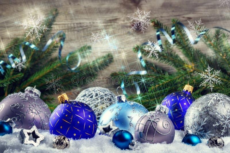 Bożenarodzeniowy wakacyjny położenie z błękitnymi płatkami śniegu i baubles Chri obraz royalty free