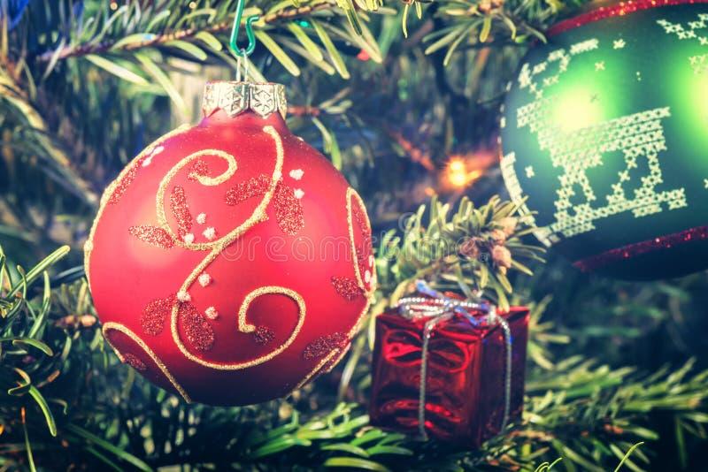 Bożenarodzeniowy wakacyjny położenie z dekoracyjnymi baubles Bożego Narodzenia bac obraz stock