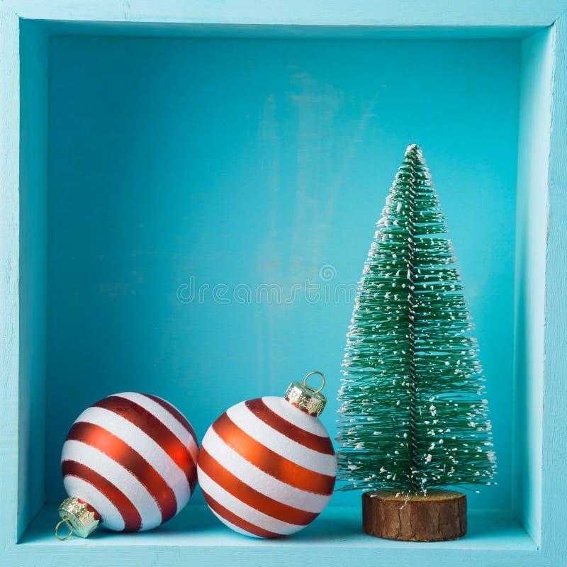Bożenarodzeniowy wakacyjny skład z sosny i bauble decorati fotografia stock