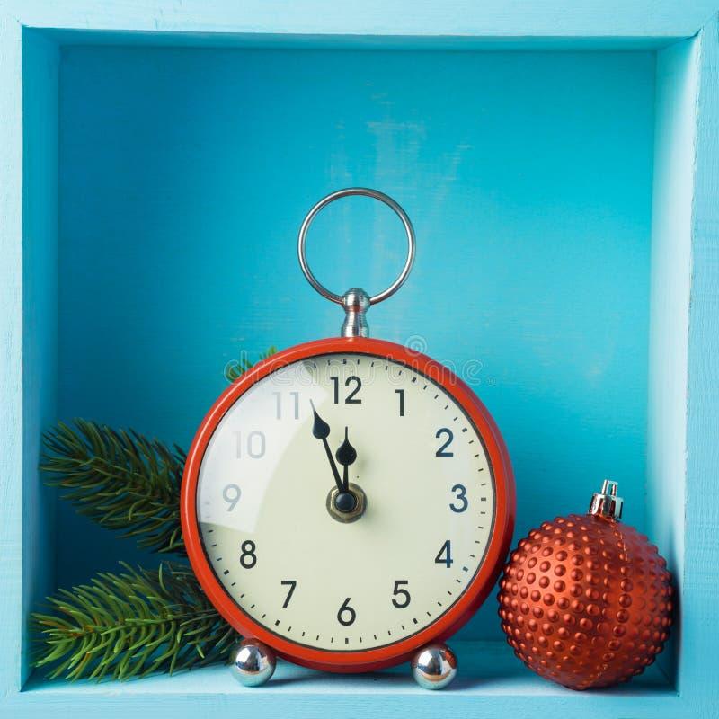 Bożenarodzeniowy wakacyjny skład z zegarem i dekoracja na drewnie obrazy royalty free