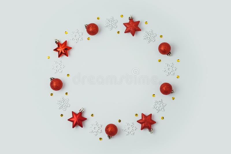Bożenarodzeniowy wakacyjny tło z bauble i gwiazdy dekoracjami dalej fotografia stock