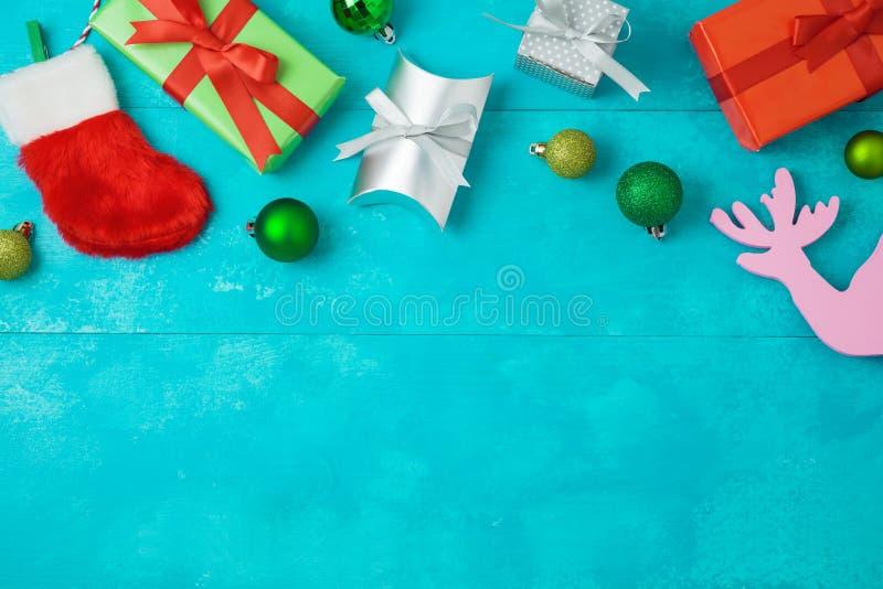 Bożenarodzeniowy wakacyjny tło z prezentów pudełkami, baubles i wystrojem, zdjęcia stock